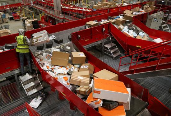 تكدس الهدايا ضغوط كبيرة على تسليم الطرود البريدية خلال فترة أعياد الميلاد  (11)