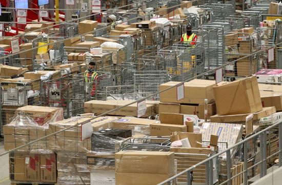 تكدس الهدايا ضغوط كبيرة على تسليم الطرود البريدية خلال فترة أعياد الميلاد  (4)