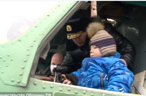 الطفل داخل المروحية