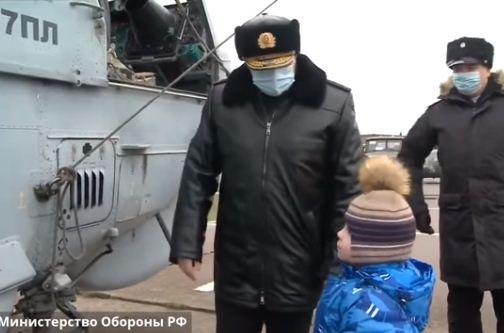 الطفل الروسى امام المروحية العسكرية
