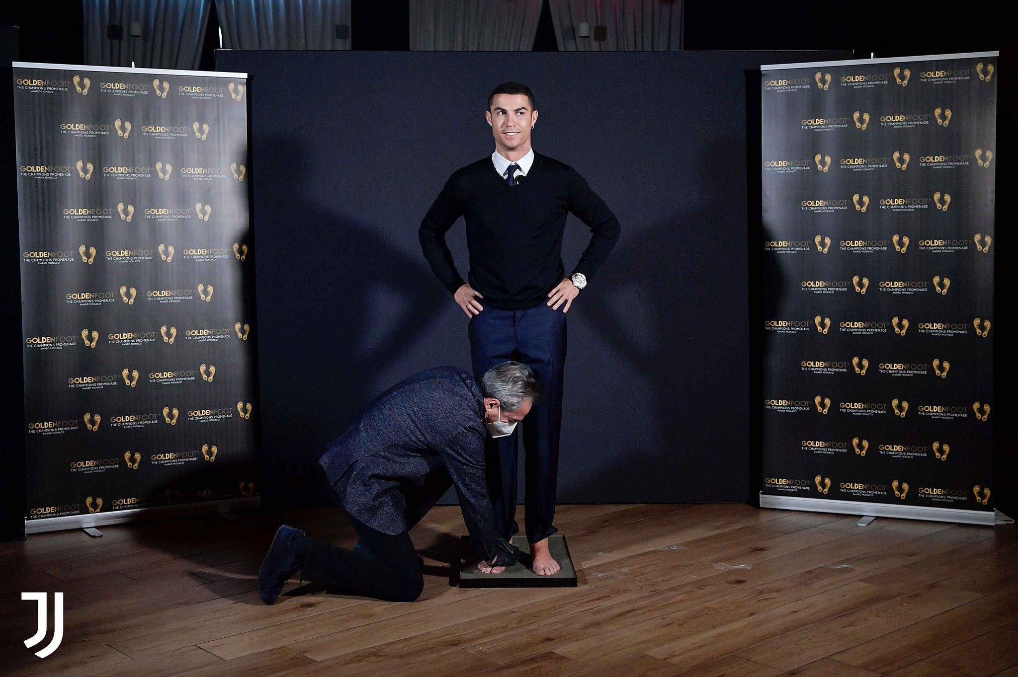 رونالدو يحصل على جدائزة القدم الذهبية (2)
