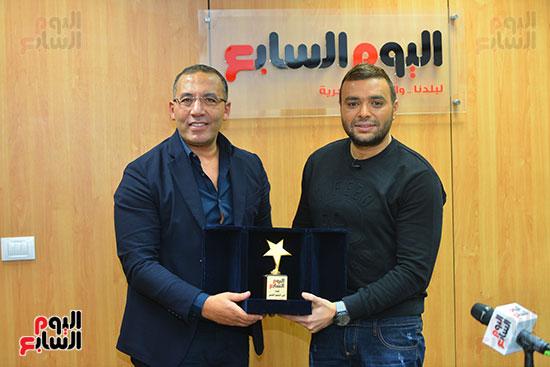 الكاتب الصحفى خالد صلاح يهدى درع مؤسسة اليوم السابع للفنان رامى صبرى