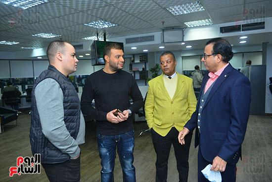 رامى صبرى يستمع للكاتب الصحفى دندراوى الهوارى ومعه عمرو صحصاح رئيس قسم الفن وعادل عبد الله