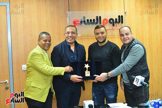 الكاتب الصحفى خالد صلاح يكرم رامى صبرى ومعه عمرو صحصاح وعادل عبد الله