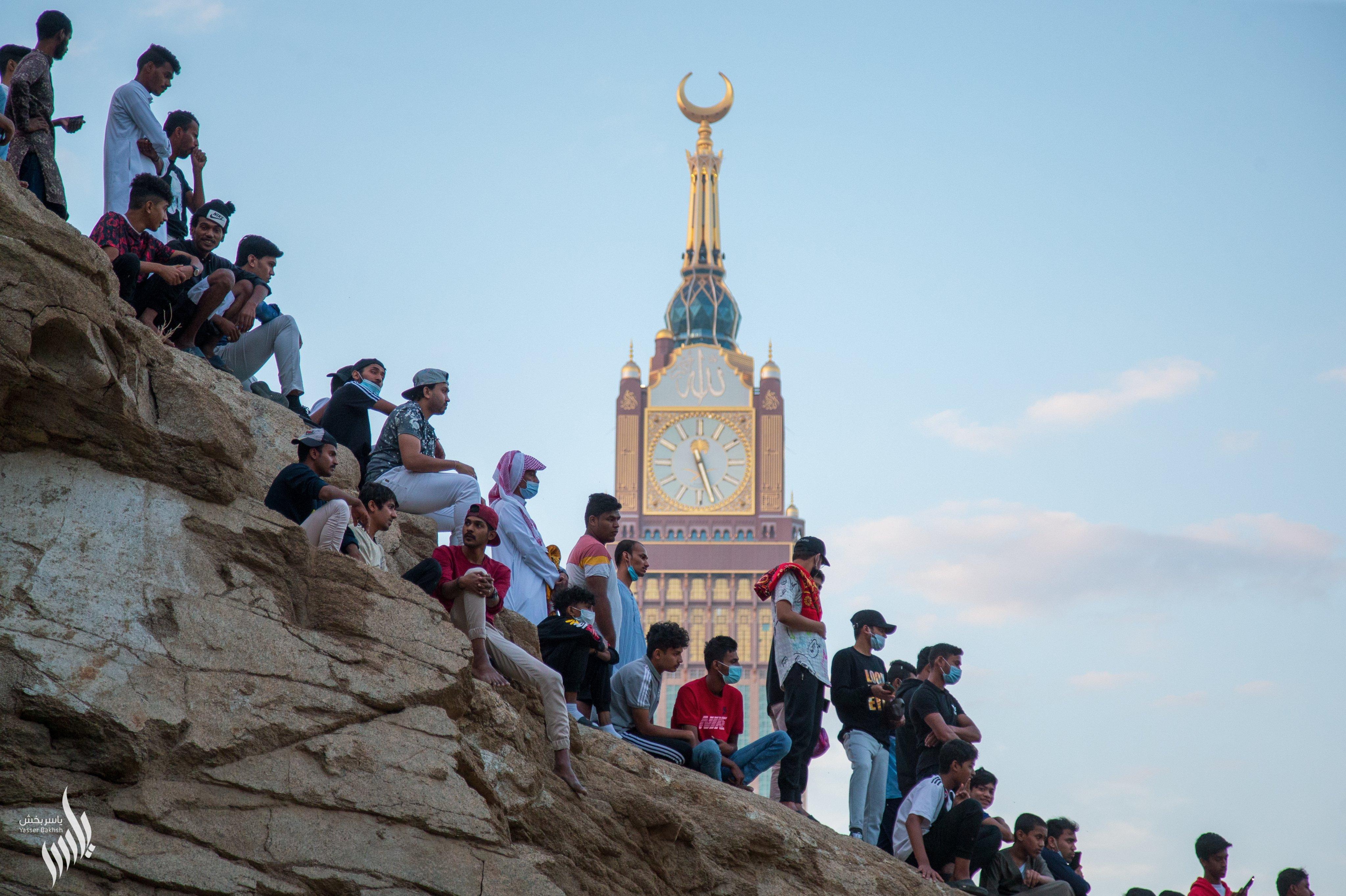 برج الساعة يظهر فى خلفية المشجعين