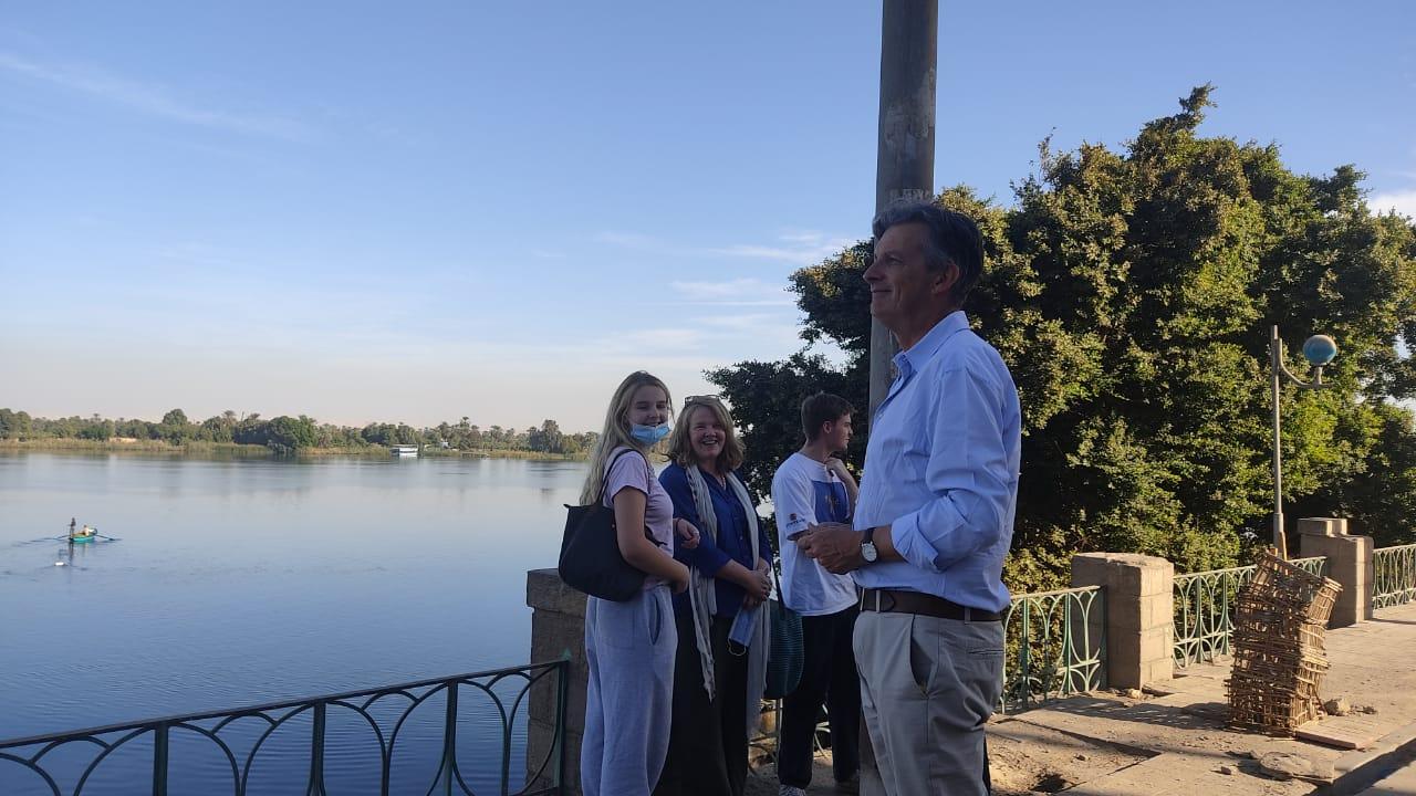 السفير البريطاني بالقاهرة وعائلته في زيارة لمعبد خنوم والمعالم الآثرية بإسنا (3)