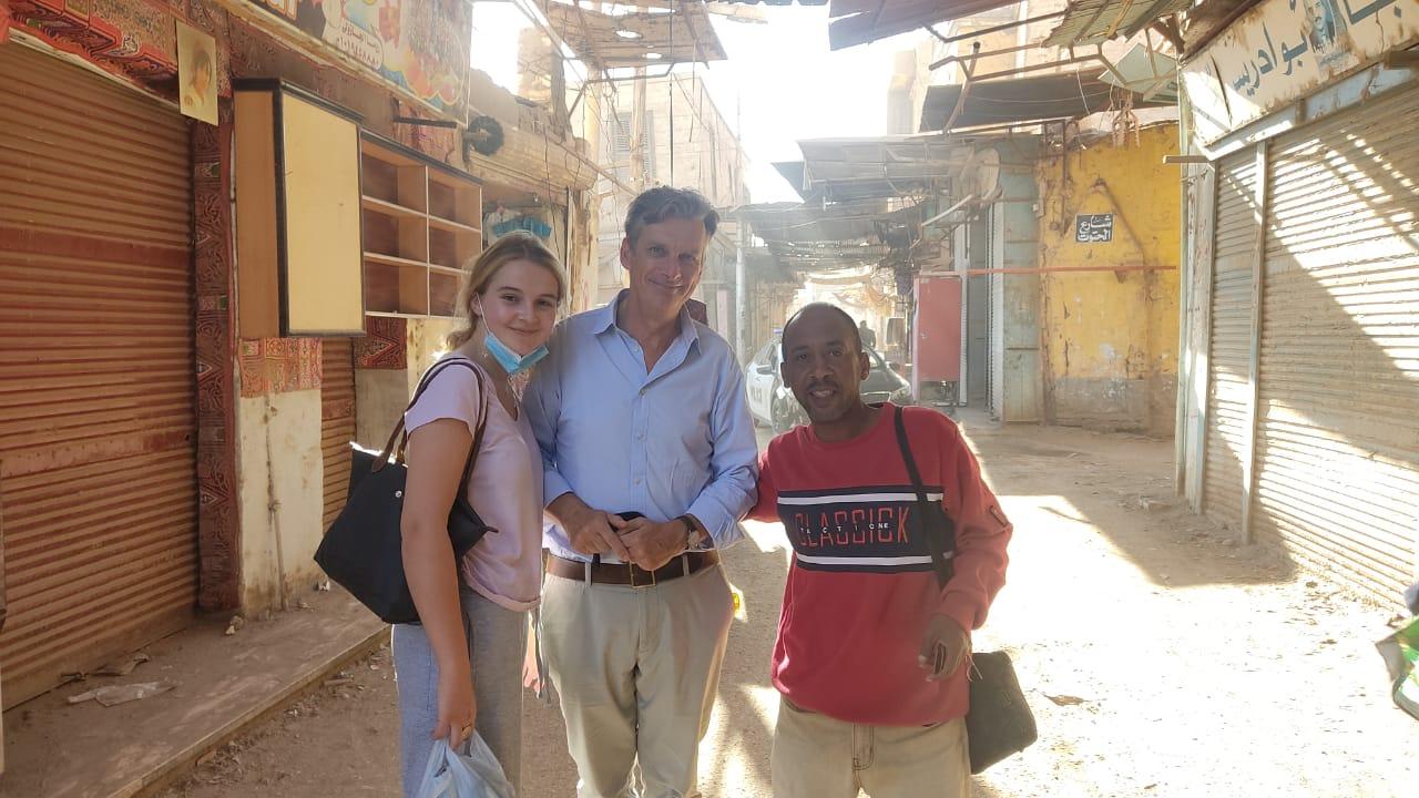 السفير البريطاني بالقاهرة وعائلته في زيارة لمعبد خنوم والمعالم الآثرية بإسنا (5)