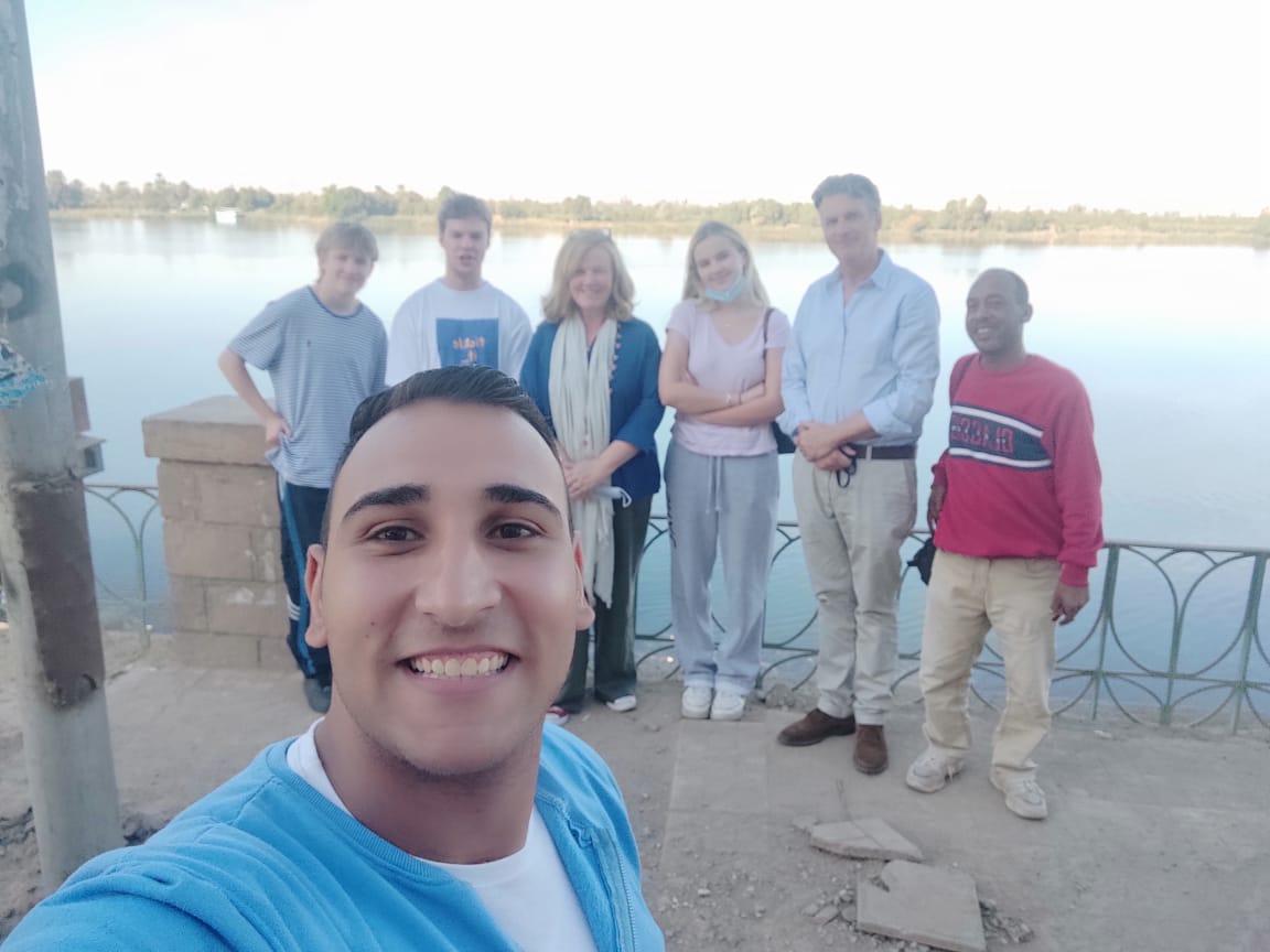 السفير البريطاني بالقاهرة وعائلته في زيارة لمعبد خنوم والمعالم الآثرية بإسنا (1)