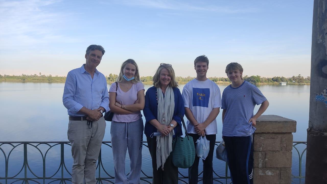 السفير البريطاني بالقاهرة وعائلته في زيارة لمعبد خنوم والمعالم الآثرية بإسنا (2)