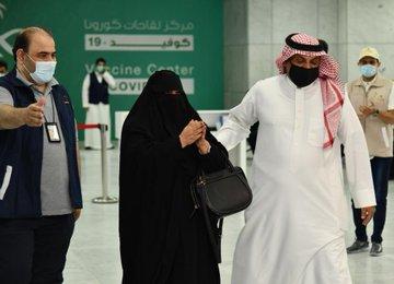 تطعيم اول مواطنة فى جدة
