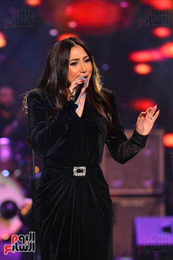 بوسى تغنى أشهر أغانيها فى الحفل