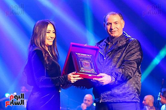 تكريم بوسى بعد حفلها بجامعة مصر للعلوم والتكنولوجيا