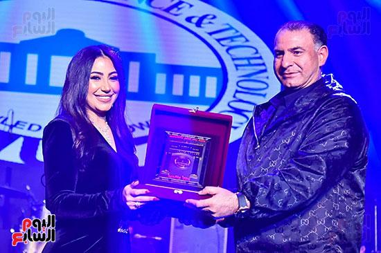 الاعلامى محمد فودة يسلم تكريم بوسى بعد الحفل