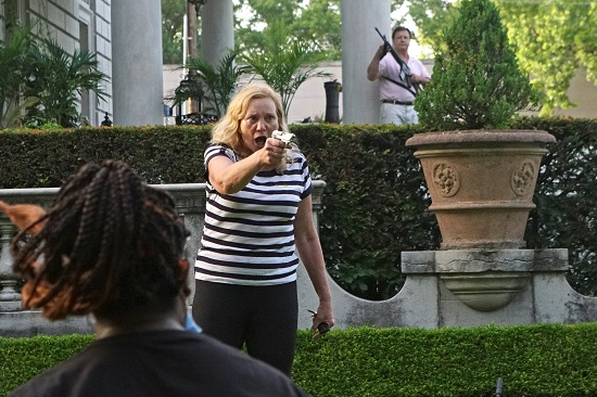 أمريكية توجه السلاح ضد المتظاهرون السود ضد العنصرية