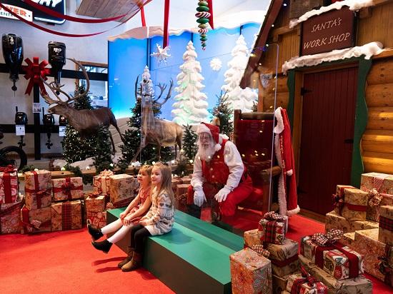 الاحتفال بالكريسماس مع بابا نويل من وراء حاجز