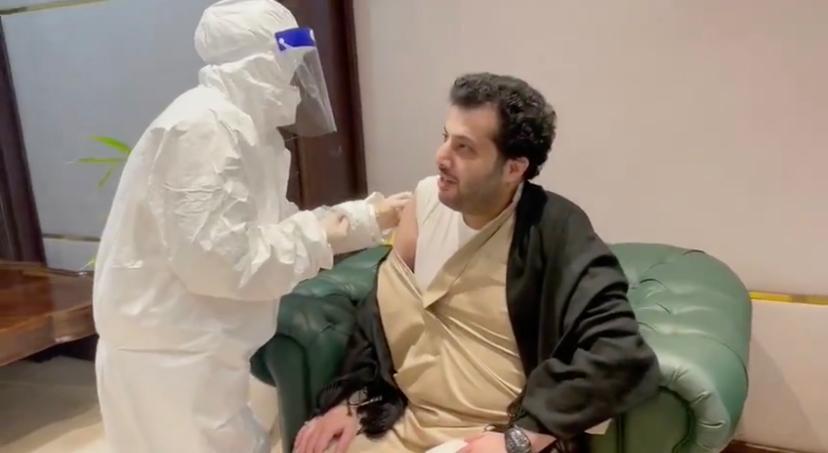 تركى آل الشيخ يتلقى الجرعة الأولى من لقاح كورونا