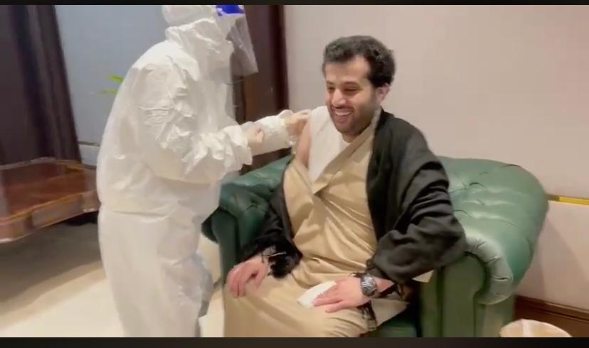 تركى آل الشيخ يتلقى لقاح كورونا  (2)