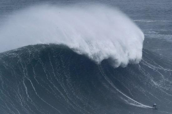 شاركت مايا جابيرا من البرازيل في أكبر موجة تزلج على الإطلاق