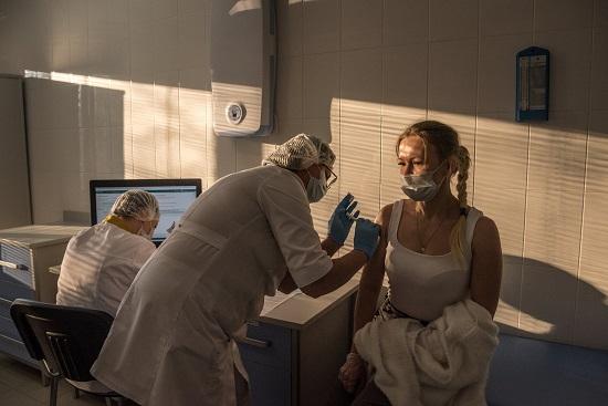 تجربة اللقاح الروسي ضد فيروس كورونا