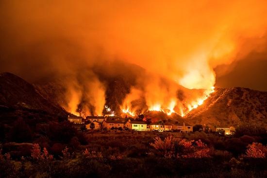 حرائق الغابات في الساحل الغربي بكاليفورنيا