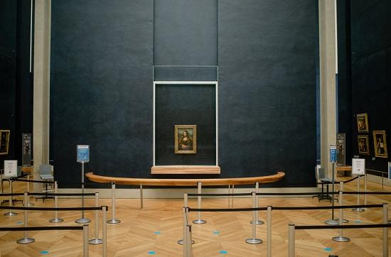 متحف اللوفر بعد افتتاحه في 16 ديسمبر ب