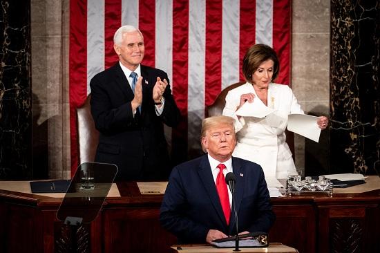 رئيسة مجلس النواب نانسي بيلوسي تمزق نسختها من خطاب ترامب