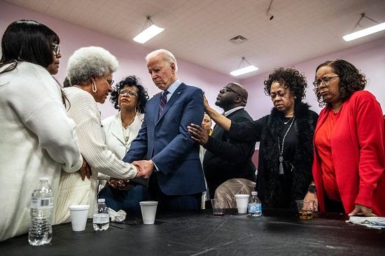 بايدن في الكنيسة خلال حملته الرئاسية واعدًا باستعادة روح أمريكا