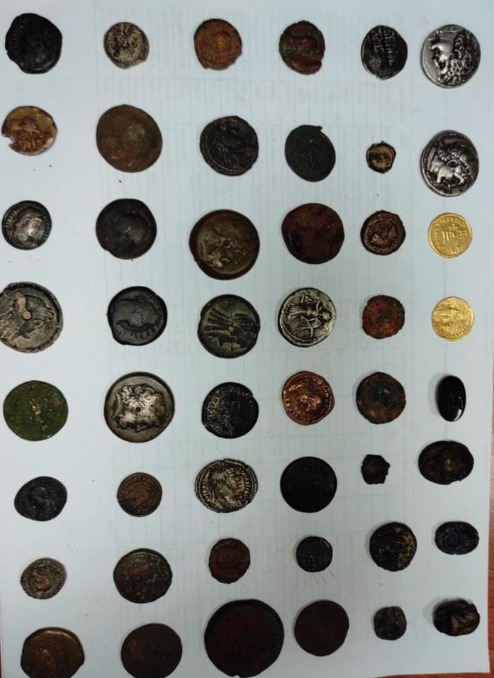 العملات الأثرية المظبوطة قبل محاولة تهريبها (2)