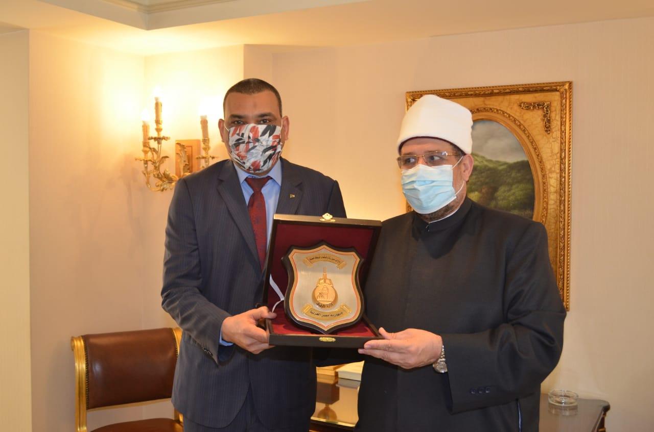 وزير الاوقاف يهدى درع الوزارة  (3)