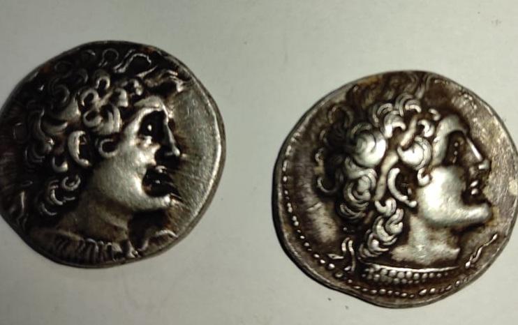 العملات الأثرية المظبوطة قبل محاولة تهريبها