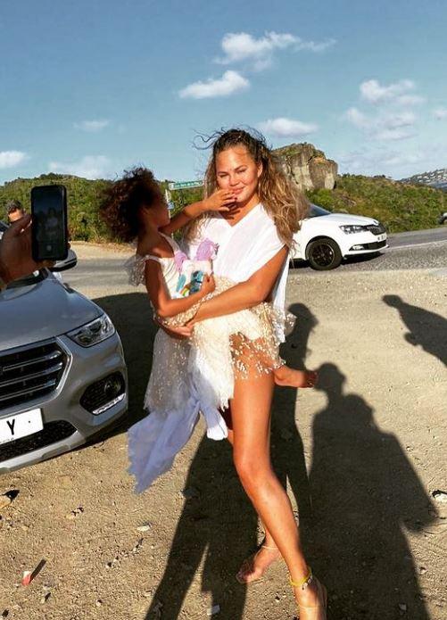 كريسي تيجن تتحمل ابنها