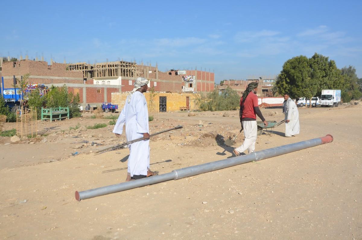 العمال خلال تطوير قرى اسنا