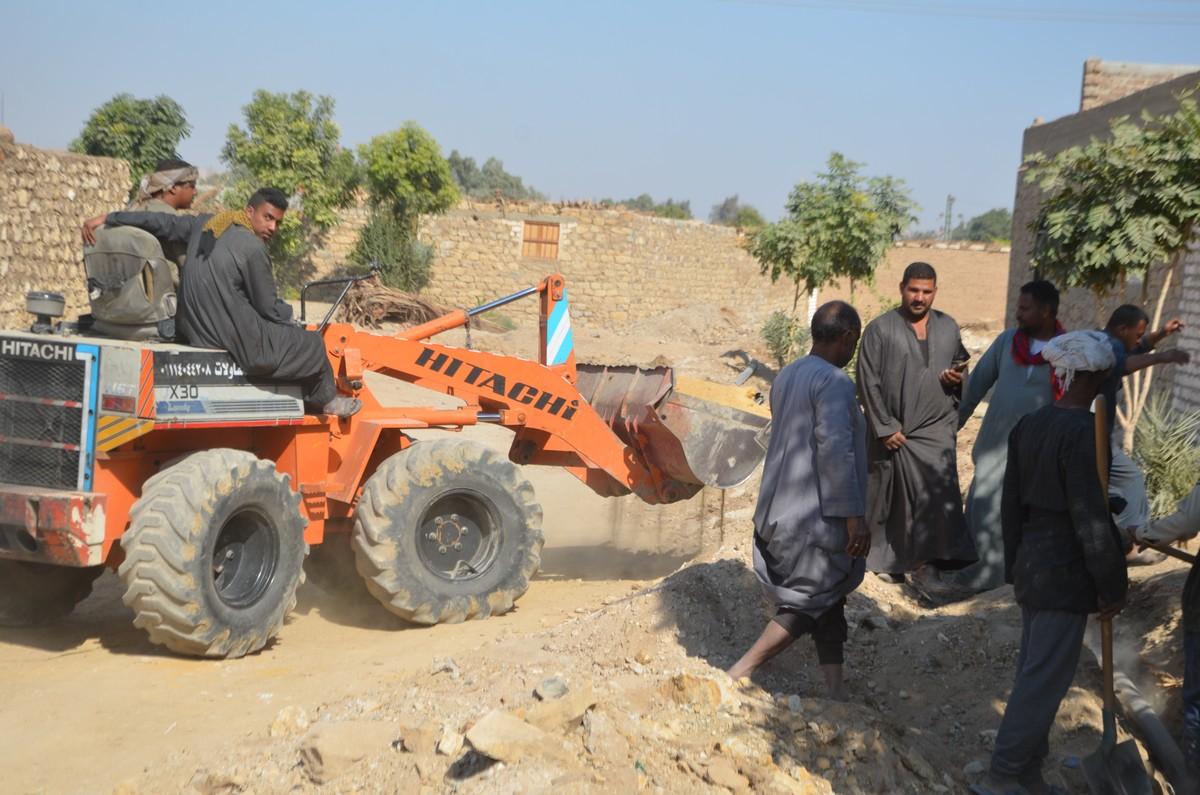 جانب من بدء العمل بتطوير قرى اسنا
