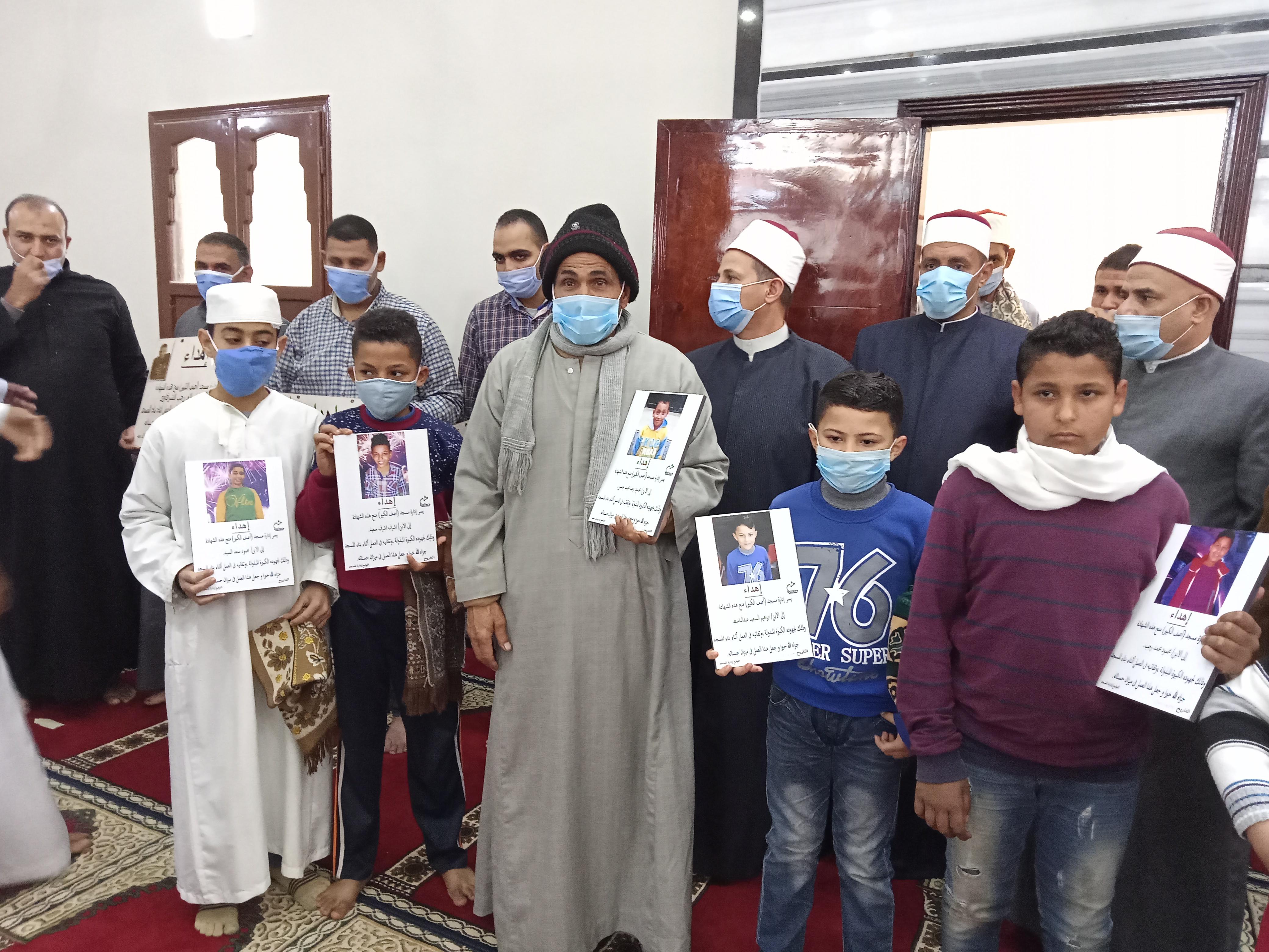 جانب من تكريم الاطفال لمشاركتهم في بناء مسجد
