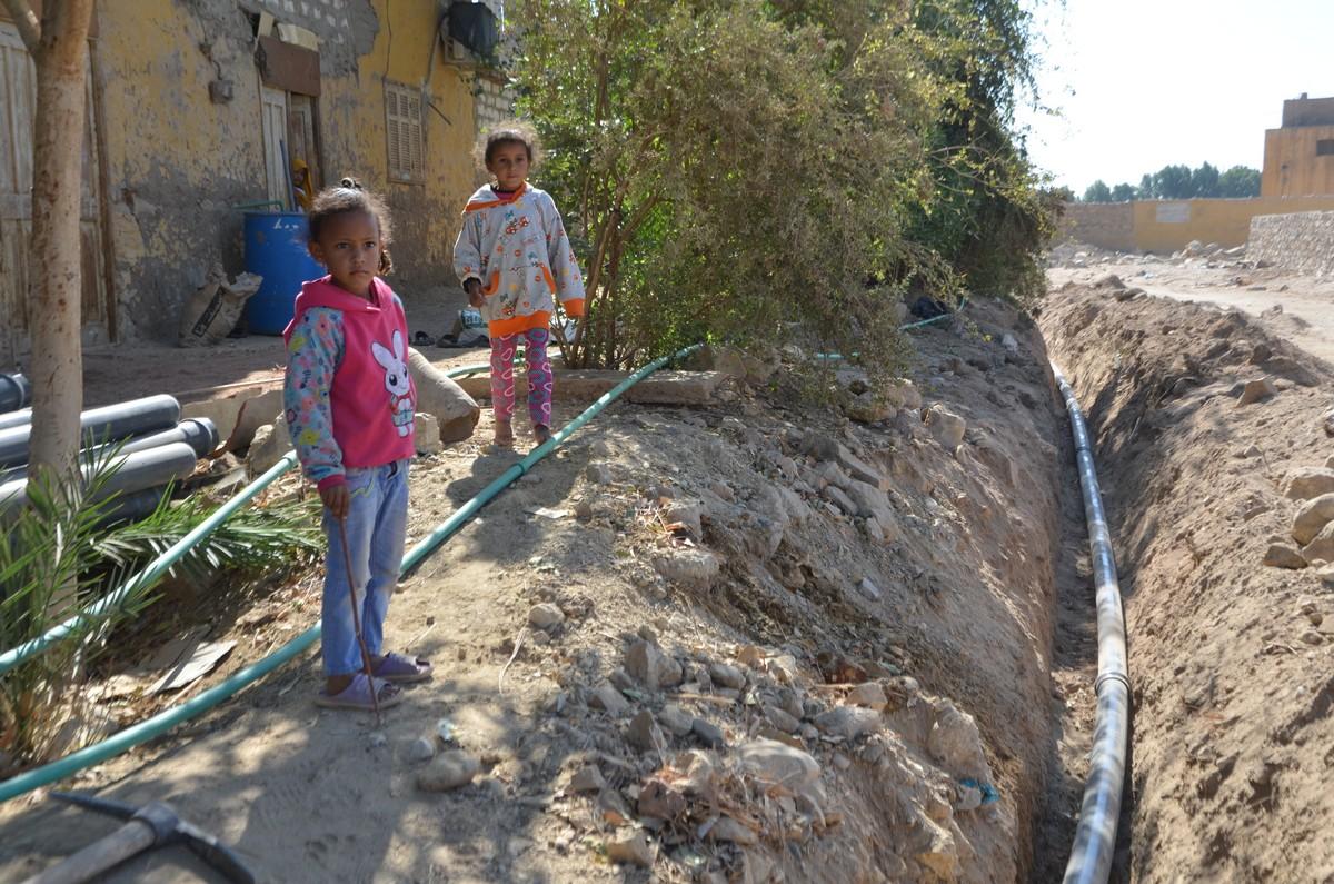 الاطفال وفرحتهم بتوصيل المياه والكهرباء للقرى