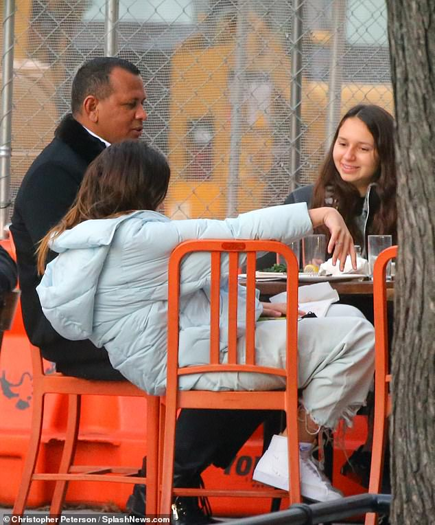 أليكس رودريجيز برفقة بناته