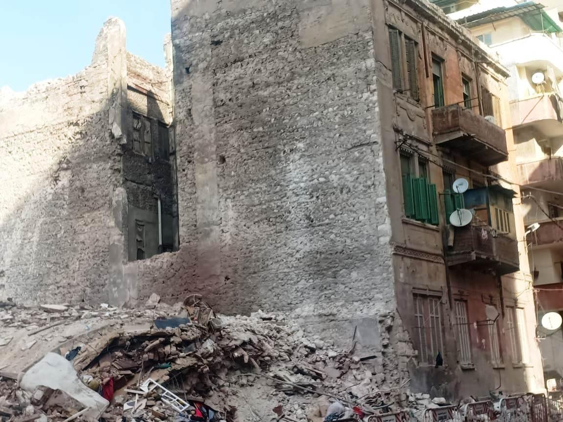 العقار المنهار بمحرم بك فى الإسكندرية (2)