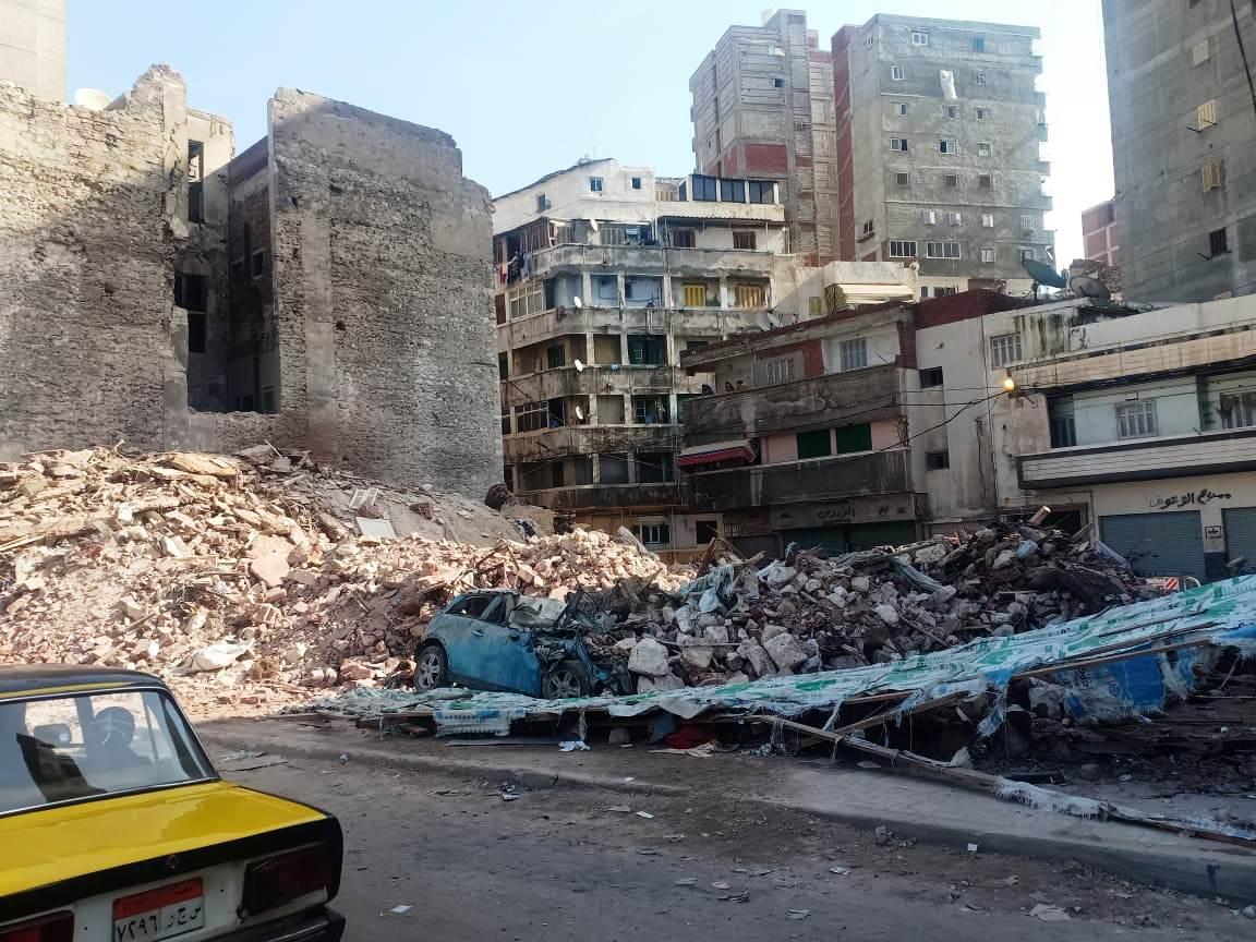 العقار المنهار بمحرم بك فى الإسكندرية (4)