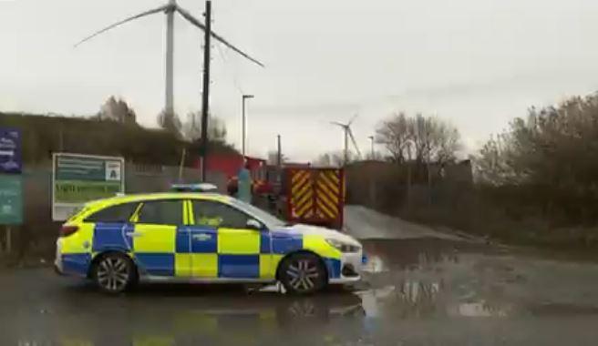 وصول الشرطة وفرق الإطفاء إلى موقع الانفجار