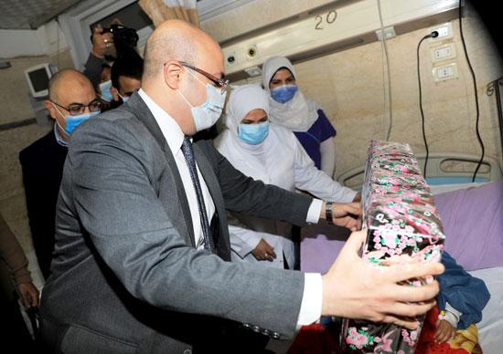 محافظ بنى سويف يسلم الطفلة شروق هدية نيابة عن الرئيس السيسى (1)