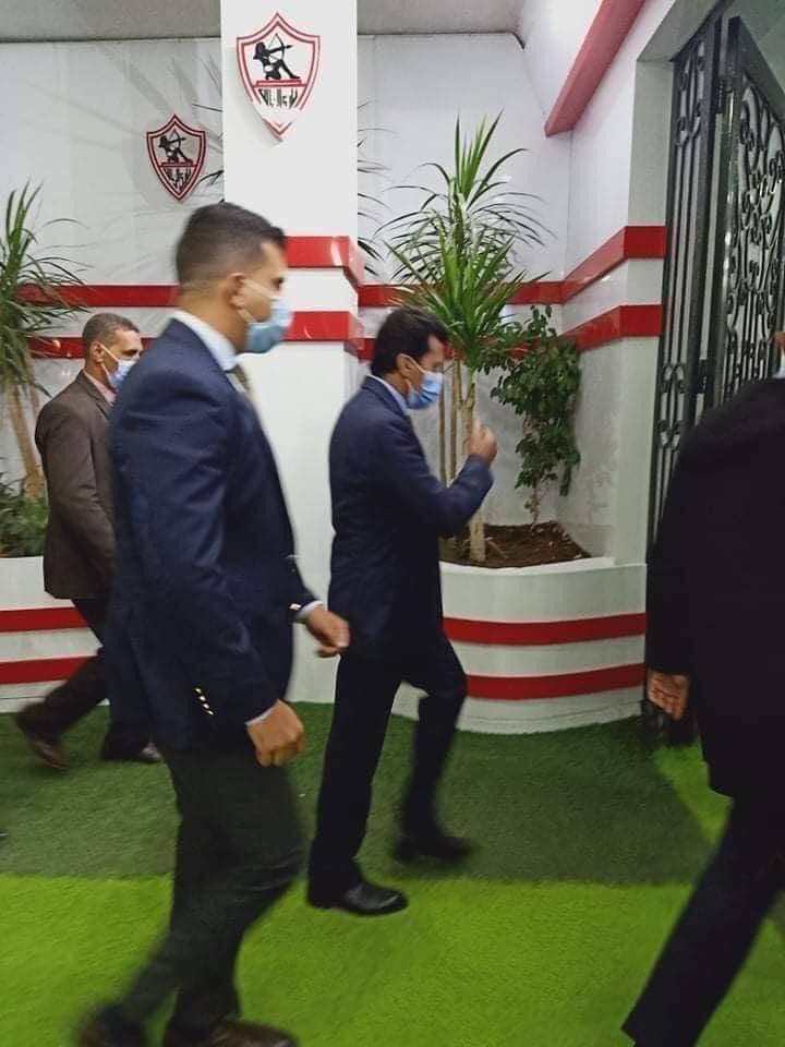 وصول وزير الشباب والرياضة إلى مقر نادى الزمالك