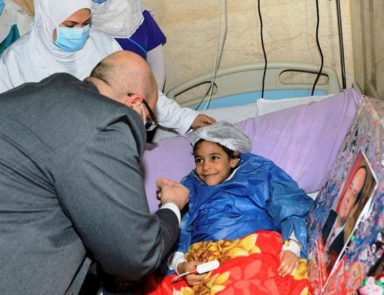 محافظ بنى سويف يسلم الطفلة شروق هدية نيابة عن الرئيس السيسى (2)
