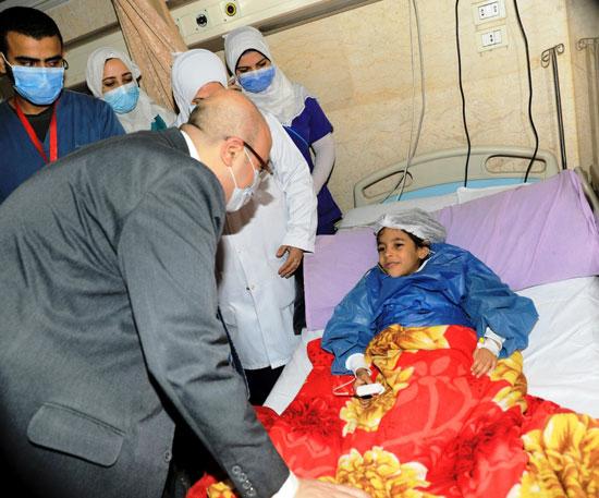 محافظ بنى سويف يسلم الطفلة شروق هدية نيابة عن الرئيس السيسى (3)