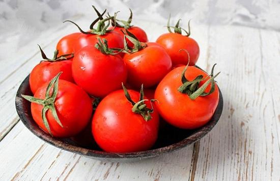 وصفات طبيعية من الطماطم للشعر والبشرة