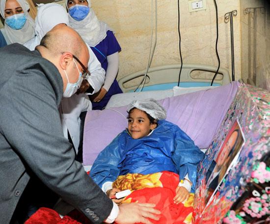 محافظ بنى سويف يسلم الطفلة شروق هدية نيابة عن الرئيس السيسى (4)