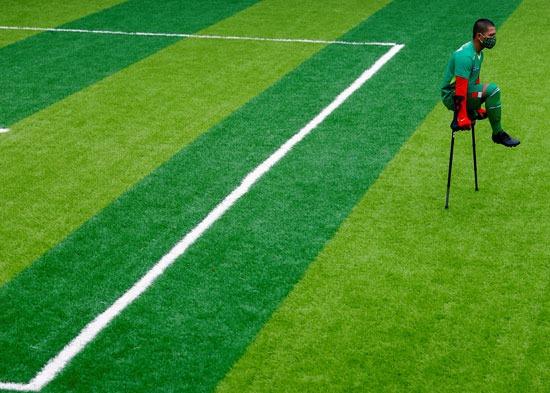 بالعكاز لاعب ينتظر دوره في تسجيل هدف