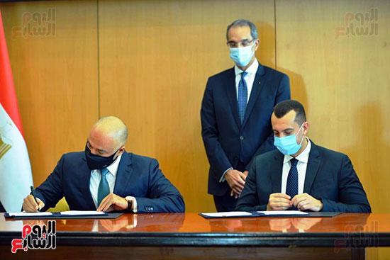 توقيع عقود ترددات المحمول الجديدة (38)