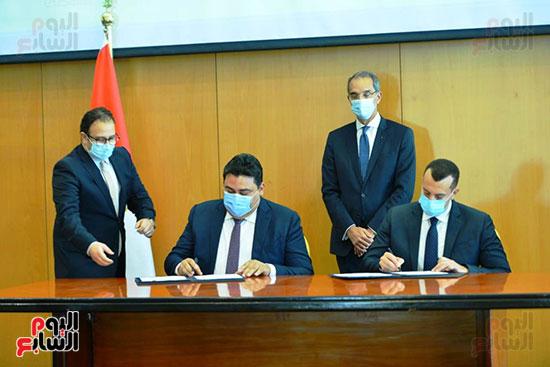 توقيع عقود ترددات المحمول الجديدة (42)