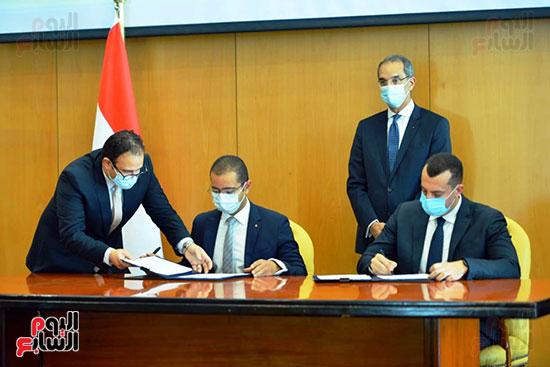 توقيع عقود ترددات المحمول الجديدة (52)