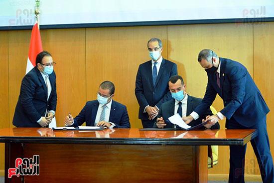 توقيع عقود ترددات المحمول الجديدة (48)